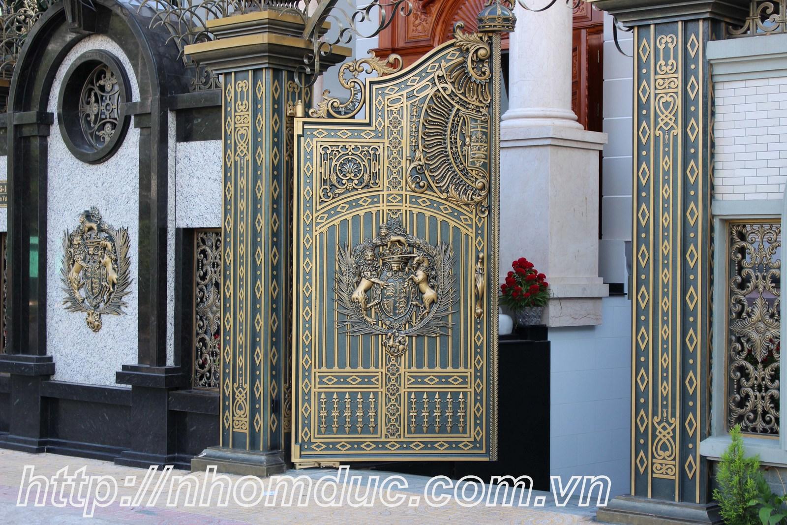 Mẫu cửa nhôm đúc Hà Nội 3, cổng cửa nhôm đúc hợp kim chất liệu nhôm nhập khẩu với chất lượng sơn cao cấp nổi tiếng, liên hệ để mua cửa cổng nhôm hợp