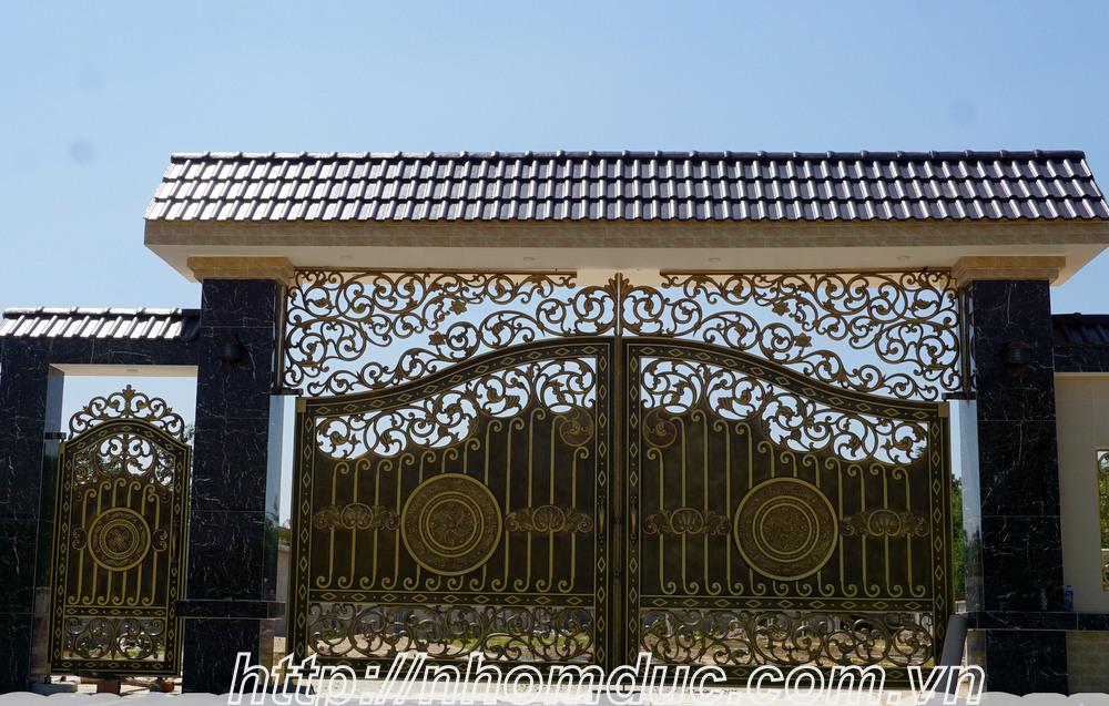 Báo giá nhôm đúc, báo giá các loại cổng nhôm đúc từ cổng nhôm đúc đơn giản đến cổng nhôm đúc phức tạp, cổng nhôm đúc có phù điêu và cổng nhôm đúc