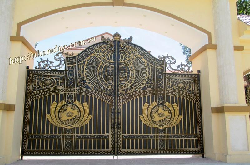 Mẫu cổng nhôm đúc dạng kín Hà Nội