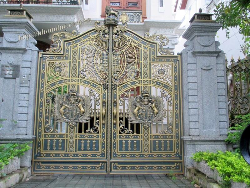 Cổng nhôm đúc Buckingham mẫu kín thoáng Fuco